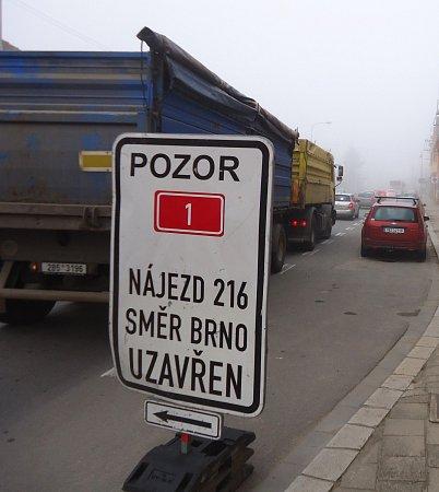 Ve špičce stojí vRousínově kolony aut od Slavíkovic až do centra města.