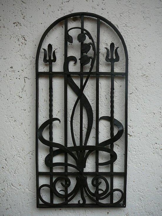 Kované mříže.