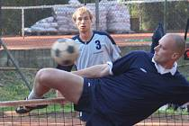 Vyškovský hráč Jan Šlézar (v tmavém) se snaží zablokovat jeden ze smečů plzeňského protihráče při domácím víkendovém zápase extraligy. I když se to tentokrát nepovedlo, Vyškov stejně celkově zvítězil.