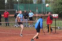 Petru Haluzovi (vlevo) ani jeho spoluhráčům do zpěvu příliš není. Nevyšel tento blok do zázemí, nevydařil se ani celý první barážový zápas s Děčínem.