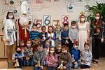 Děti z prvních a druhých tříd bučovické základní školy odměnil přímo ve třídách Mikuláš.