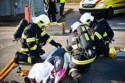 Popis: Krajští hasiči se v bučovických jatkách cvičili v boji se čpavkem.