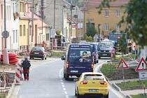 Křečkovská ulice ve Vyškově dostane do zimy nové chodníky. Předtím však lidé musejí mít trpělivost a vydržet rozkopanou ulici. Pracují v ní totiž kromě firmy najaté městem ještě další tři společnosti.