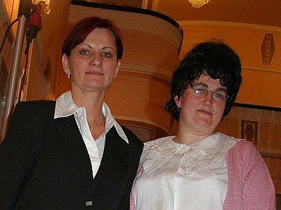 Gabriela sehnalíková v roli přísné kantorky přezdívané Führer (vpravo)  s Marcelou Plškovou.