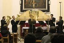 Slavkovské žesťové kvinteto zahrálo lidem v kapli sv. Jana Křtitele.