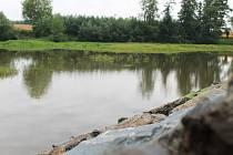 Vyškovský rybník Malý Kačenec se po letech dočkal odbahnění. Práce provázely průtahy kvůli počasí, i tak ale firma stihla vše v termínu. Rybník se nyní napouští.
