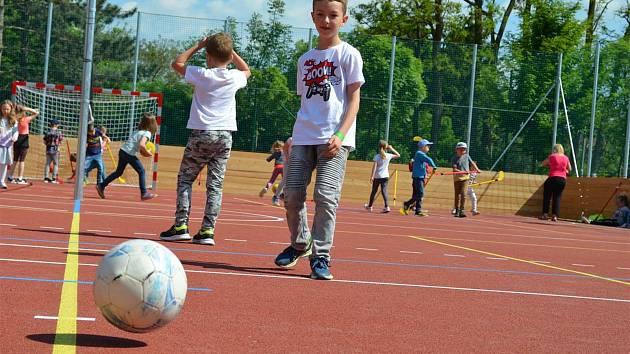 Hřiště se dočkalo za účasti vedení města otevření na Den dětí.