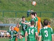 V předehrávce 30. kola krajského přeboru fotbalistů prohrály FC Bučovice (v oranžovém) doma v okresním derby s Tatranem Rousínov 1:3.