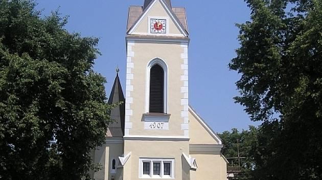 Kostel v Podbřežicích dnes po rekonstrukci září novotou.