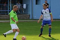 Na úzkém hřišti v Bohdalicích nastoupil ve skupině A fotbalové I. B třídy také bývalý prvoligový útočník Petr Švancara (vlevo) z Vilémovic.