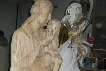 Originál a kopie vzácné sochy Panny Marie z rousínovské místní části Čechyně.