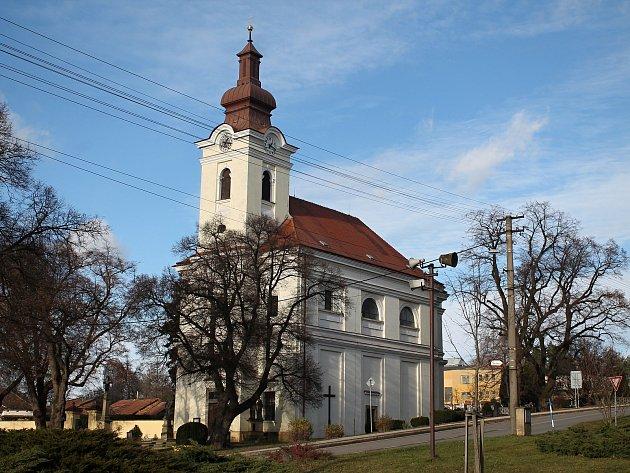 Kostel v Bohdalicích-Pavlovicích čeká velká oprava. Dělníci se nejdříve pustí do střechy a krovů.