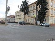 Špatně zaparkovaná auta často blokují výjezd obyvatelům ulice Karla Čapka ve Vyškově. Problémy působí hlavně rodiče sportovců mířících do blízké školy. Její vedení věc řeší.