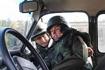 Dvacítka novinářů a pracovníků humanitárních organizací se v těchto dnech setkává na území vojenského újezdu Březina s velmi neobvyklými a náročnými situacemi. Ve válkou zmítané republice Tugur se učí, jak zachránit život sobě i svým kolegům.