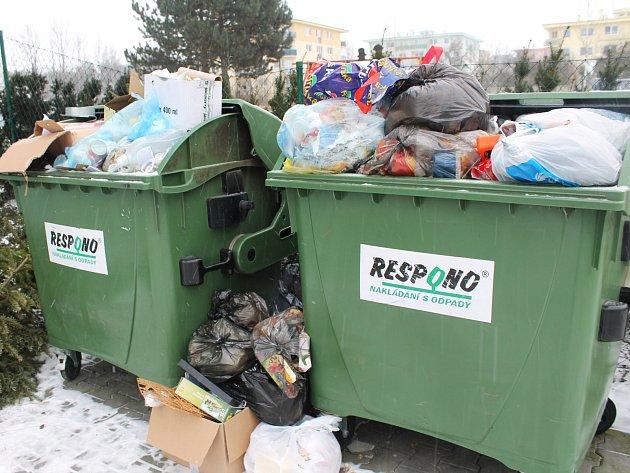 U sběru papíru a plastů je prý největším problémem nekázeň a ignorace ze strany lidí. Na snímku Smetanovo nábřeží.