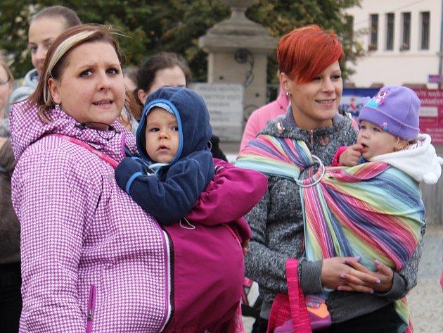Maminky z Vyškovska ve čtvrtek propagovaly kontaktní rodičovství. Vydaly se na pochod Vyškovem i se svými dětmi.