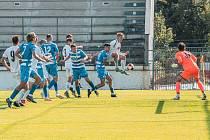 Fotbalisté MFK Vyškov (bílé dresy) porazili v desátém kole II. ligy Ústí nad Labem 1:0.