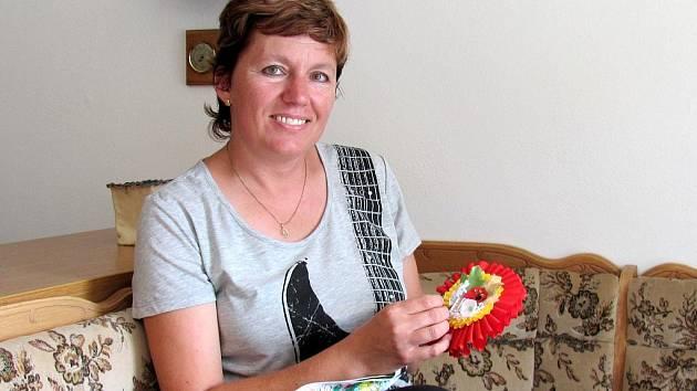 Regina Kokešová vede dětský umělecký soubor Křenováček, se kterým oživuje tradiční písně a tance Křenovic. Folklor ji provází od mládí.