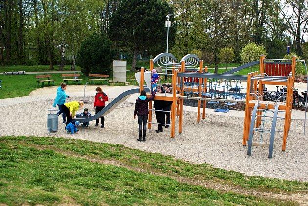 Houpačky, balanční most nebo trampolína dělá radost dětem na Oranžovém hřišti ve Vyškově. Letos tady přibude išestimetrový maják.