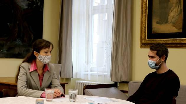 Na snímku vpravo je Jan Pokluda, psycholog a psychoterapeut Terapeutického centra Podané ruce.