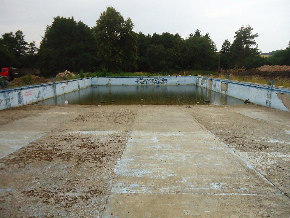 Budovy bývalého koupaliště v Křenovicích už jsou zbourané. Revitalizace areálu je úzce spjatá s projektem nedaleké obnovy mlýnského náhonu.
