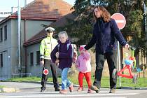 Žákům vyškovské Základní školy Morávkova ve čtvtek policisté připomněli, jak se chovat na přechodu pro chodce.