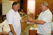 Předseda OFS Vyškov Miloslav Brtníček předává pohár vítěze okresního přeboru předsedovi Sokola Otnice Pavlu Pažebřuchovi.