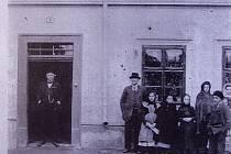 Židovská rodina před domem č.p. 9 kolem roku 1900.