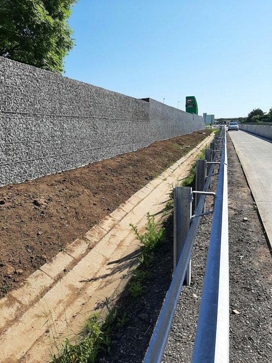 Stavba gabionové zdi na dálnici D1 u odpočívky Vyškov spěje ke konci.