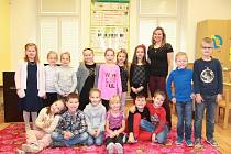 Žáci první třídy ze Základní školy v Holubicích s třídní učitelkou Evou Krajtlovou.
