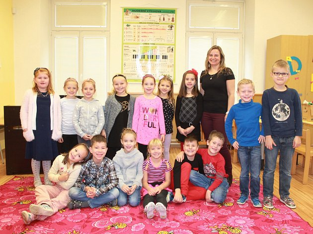 Žáci první třídy ze Základní školy vHolubicích střídní učitelkou Evou Krajtlovou.