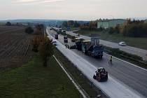 Na dálnici D1 u Ivanovic na Hané pokračují opravy vozovky. Silničáři také prodloužili omezení.