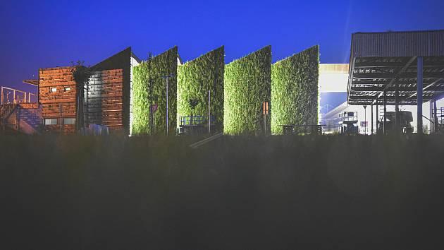 K tepelné stabilizaci využívá ve Slavkově důmyslně zeleň výrobní hala LIKO-Vo.