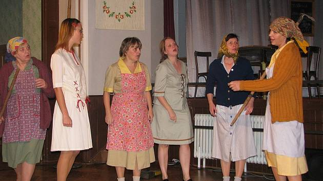 Divadlo Hanácké obce z Prostějova předvedlo v neděli odpoledne v Moravských Málkovicích komedii Václava Klimenta Klicpery Ženský boj.