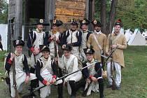 Rekonstrukci dobové bitvy u slavkovského zámku přihlíželo asi tisíc návštěvníků. Vojáci stříleli i z děl.