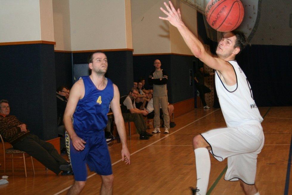 Basketbalisté dokonale využili domácího prostředí a v oblastním přeboru přehráli konkurenty z tabulky. Poskočili na druhou příčku