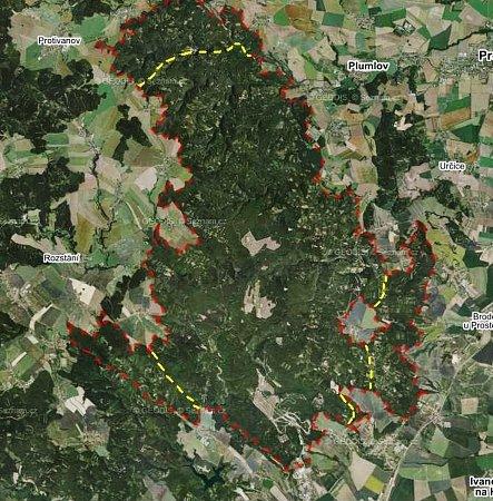 Zákaz vstupu bude od příštího roku vněkterých částech vojenského újezdu Březina minulostí. Třeba Podivice přestanou být enklávou. Návrh nových hranic (žlutě) je znázorněný vmapě současné plochy újezdu (červeně).