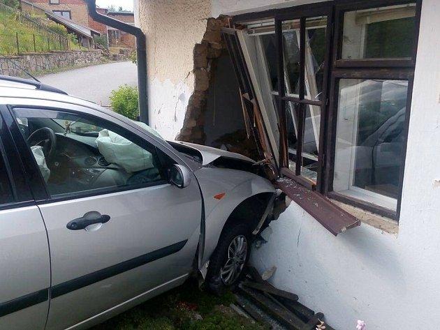 Řidič naboural do domu v Ruprechtově.