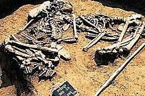 Ukázky z hrobů kultury zvoncovitých pohárů na pohřebišti v Hošticích.