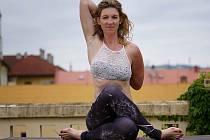 Milovníci jógy se znovu vrací do tělocvičen, aby si společně zacvičili. Ilustrační sníměk.