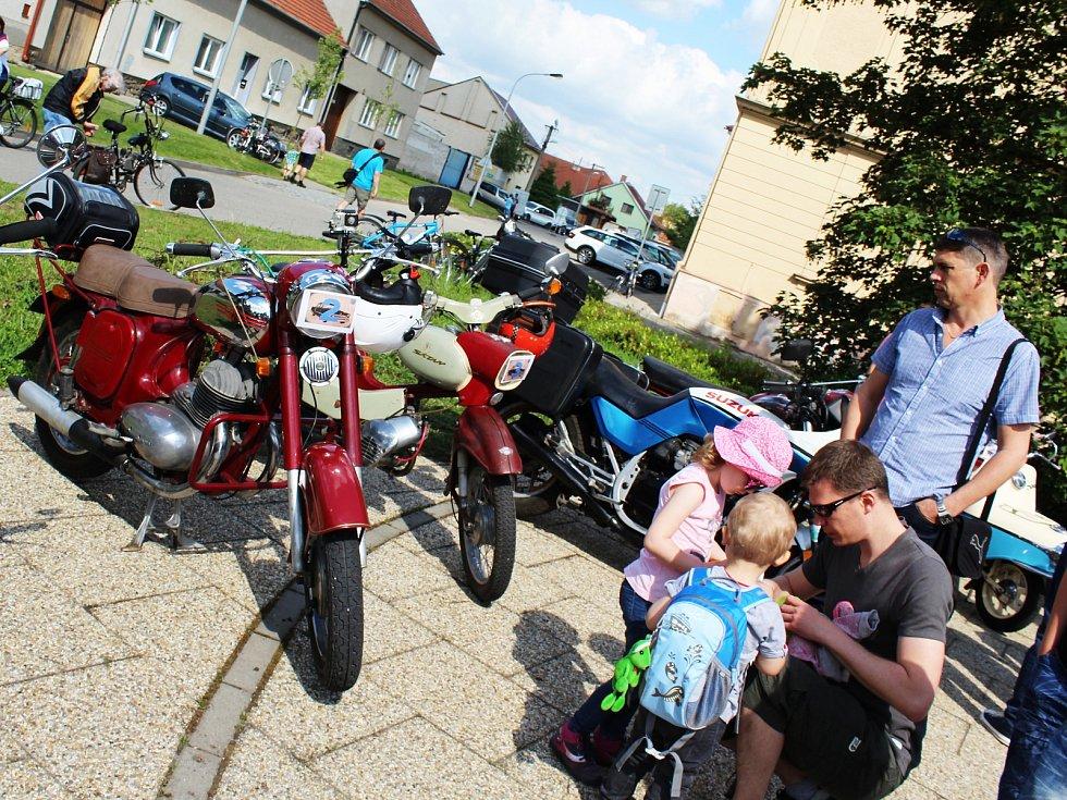Centrum vyškovských Dědic v sobotu zabraly historické vozy. Na spanilou jízdu do nich usedly i děti.