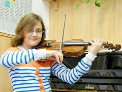 Třináctiletá Anna Gulová z Rašovic hraje na klavír, housle a také zpívá ve sboru
