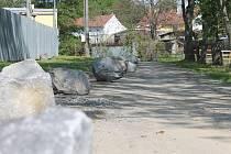 Balvany na cestu u fotbalového hřiště umístil zemědělec Jiří Krutílek. Mimo jiné mají zabránit parkování fotbalových fanoušků na jeho pozemku.