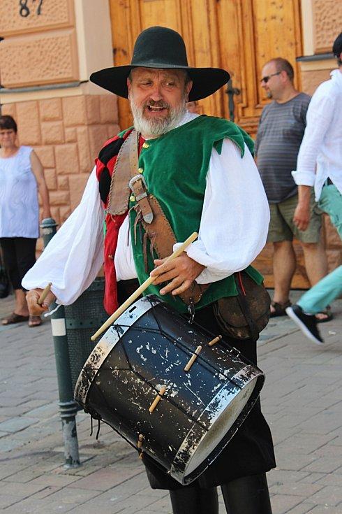 Kejklíři na jarmarku, tematická výstava na zámku, vystoupení místních žáků, ale hlavně příjezd Václava IV., který před šesti sty lety udělil Slavkovu u Brna znakové privilegium. I to byl sobotní hlavní program letošních Dnů Slavkova.