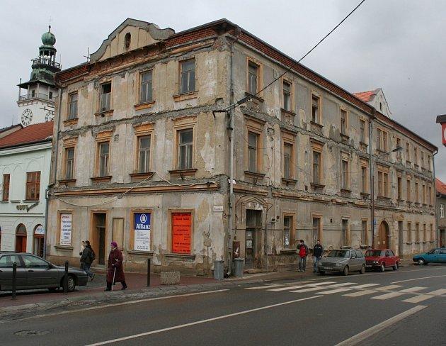 Dům v centru Vyškova stále chátrá. Jeho opravě prý brání památkáři.