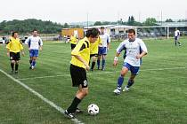 NAPODOBÍ JE? Bohdaličtí fotbalisté (v bílém) na půdě Ivanovic na Hané o gól prohráli. V budoucnu by je však chtěli napodobit a postoupit do vyšší soutěže.