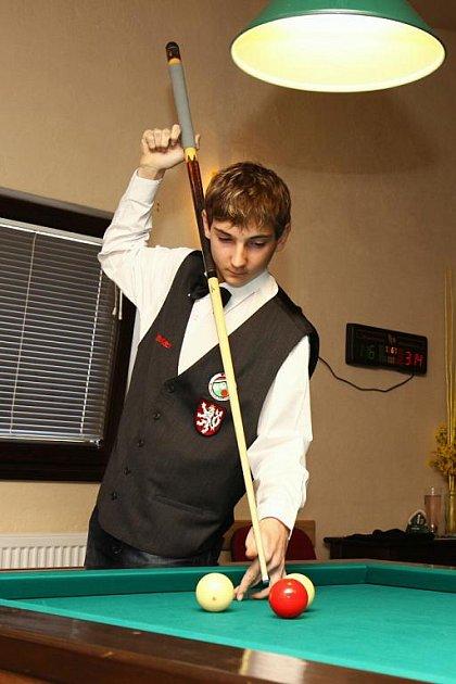 Mladík zKřenovic Ondra Hošek hraje na stolech smantinely teprve rok a už dobře ví, že sportovní kulečník je náročný na čas ipsychiku.