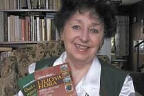 Jaroslava Říhová se svými dvěma knihami Liliová hora a Osud s pečetí rudých vlasů. Její nová kniha věnovaná pěvkyni Karoline von Gomperz-Bettelheim má vyjít v nejbližších dnech, na další už pracuje.