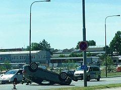 Nehoda na vyškovském průtahu si vyžádala lehké zranění řidiče převráceného auta.