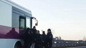 Na dálnici D1 havaroval autobus s vězni